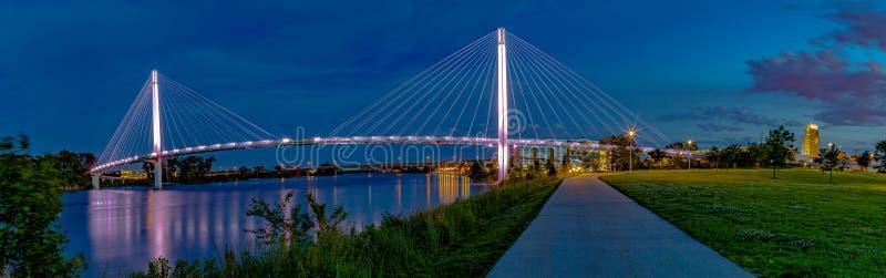 Сцена ночи панорамного вида моста Омаха Bob Kerrey пешеходного стоковые изображения rf
