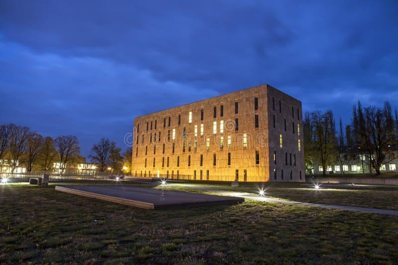 Сцена ночи положения Saxon и университетской библиотеки Дрездена стоковые фото