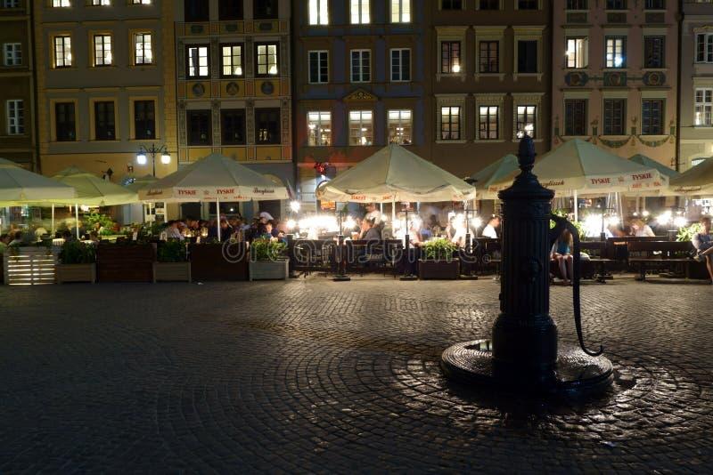 Сцена ночи с водопроводным краном на старом рыночном мести городка стоковые фотографии rf