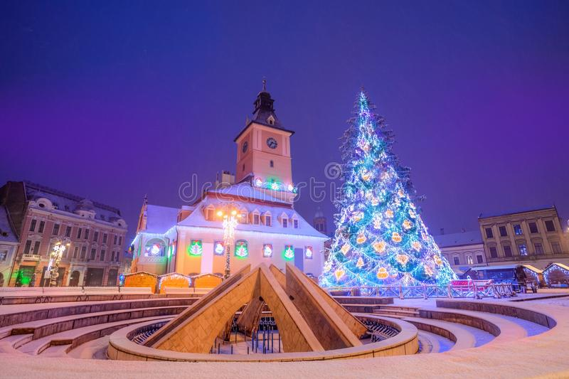 Сцена ночи с рождественской ярмаркой в Brasov, Румынии стоковые фотографии rf
