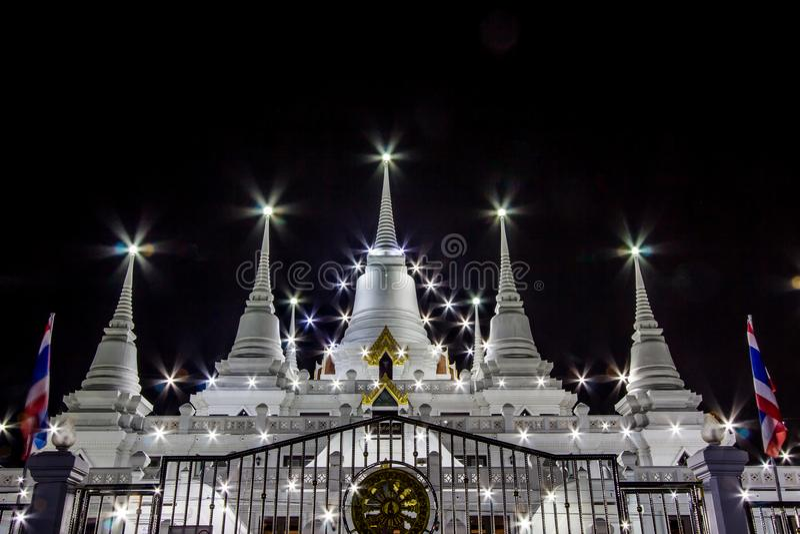 Сцена ночи Phra Thutangkha Chedi в виске Asokaram, провинции Samut Prakan, Таиланде стоковая фотография rf