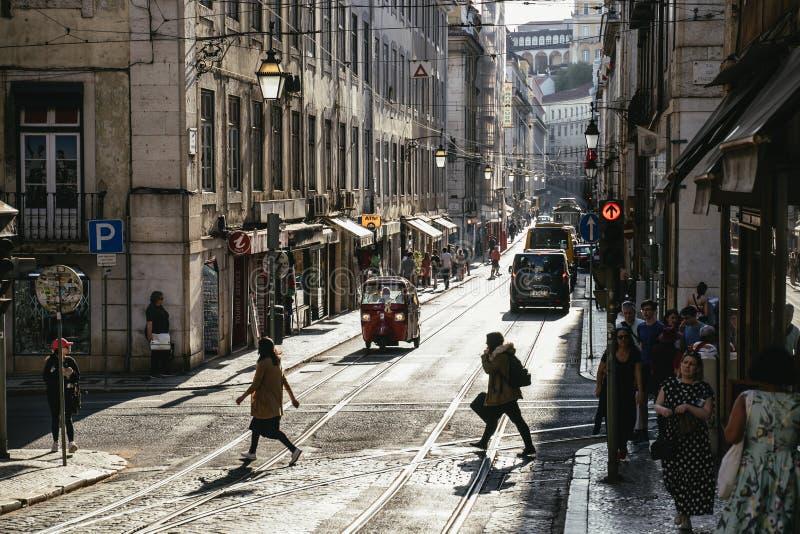 Сцена оживленной улицы на Alfama, Лиссабоне, Португалии стоковые изображения rf