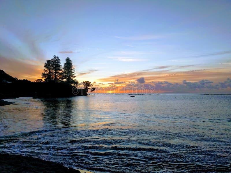 Сцена океана восхода солнца с черным ландшафтом стоковое изображение