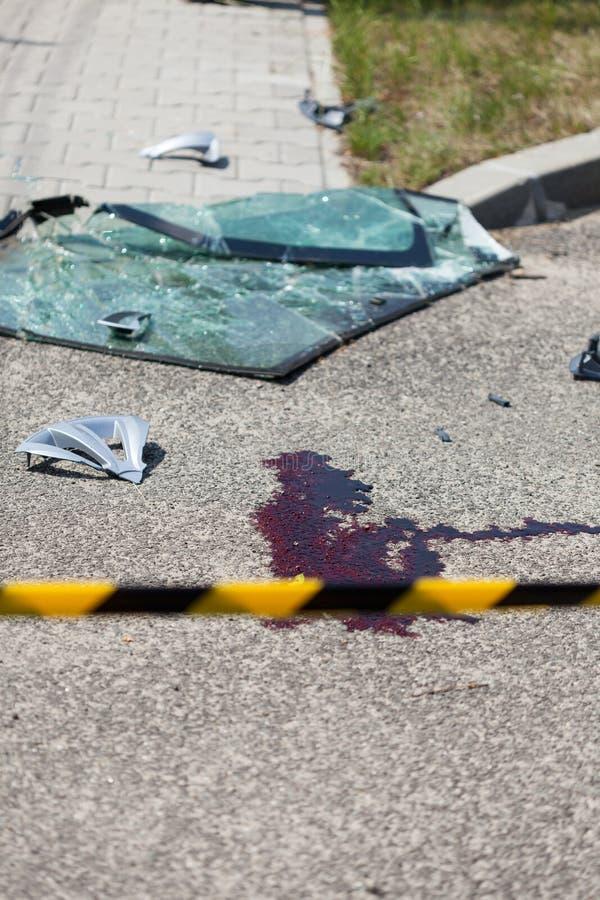 Сцена дорожного происшествия обеспеченная с желтой лентой стоковое фото