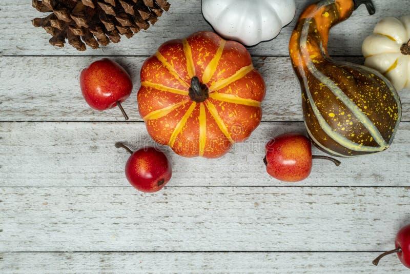 Сцена падения с различными тыквами и тыквами, яблоками сквош стоковая фотография rf