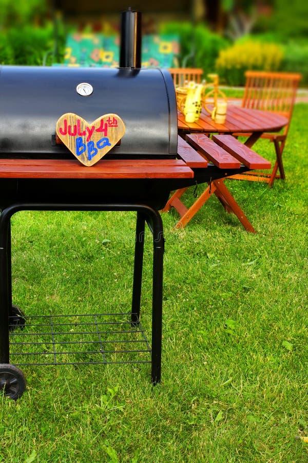 Download Сцена партии задворк лета BBQ Стоковое Изображение - изображение насчитывающей патио, catering: 41659019