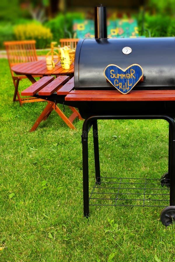 Download Сцена партии задворк лета BBQ Стоковое Изображение - изображение насчитывающей решетка, природа: 41663385
