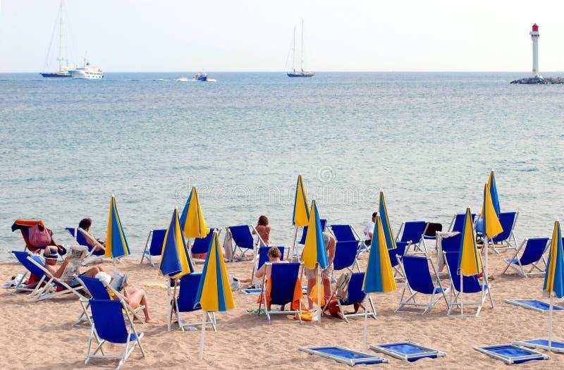 Сцена пляжа и моря Франции красочная в Канн стоковое фото