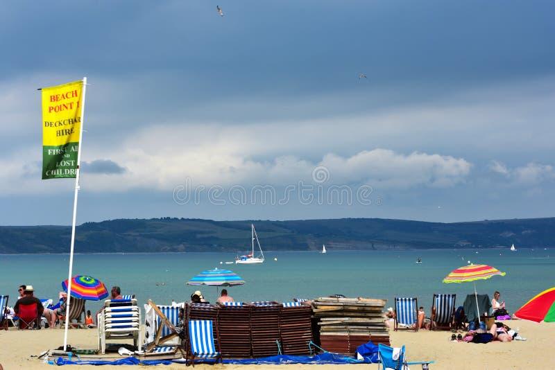 Сцена пляжа с наймом deckchair стоковые изображения rf
