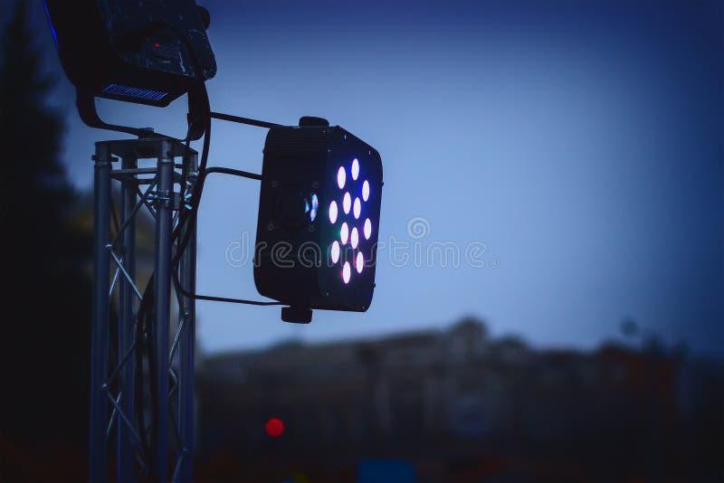 Сцена прожектора светлая фара в темноте стоковая фотография