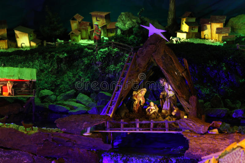 Сцена рождества рождества с figurines включая Иисуса, Mary, Иосиф, и овец стоковые изображения rf