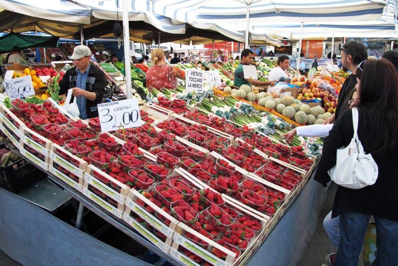Сцена рынка в Vigevano, Италии стоковые фото