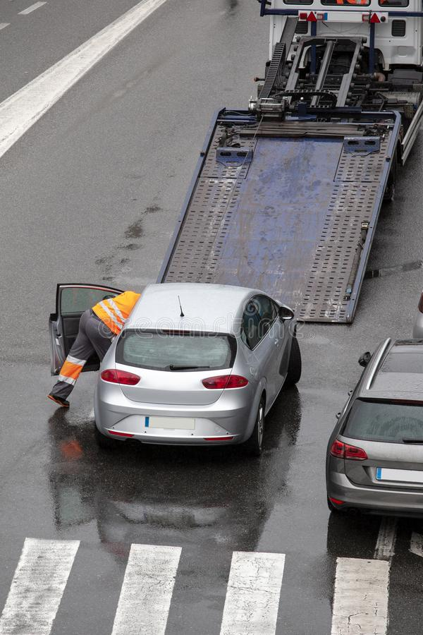 Сцена сломленного автомобиля спуска на дороге улицы города готовой для того чтобы нагрузить к платформе эвакуатора плоской кроват стоковое изображение