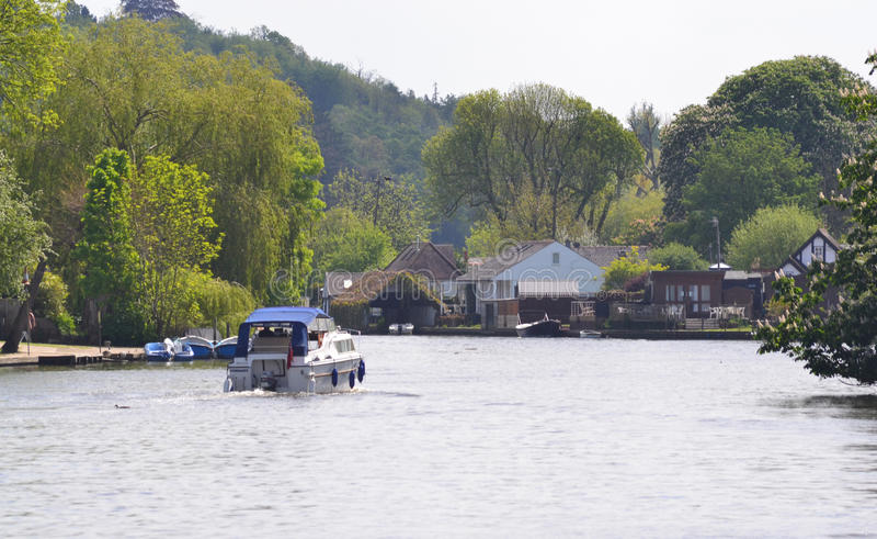 Сцена страны крейсера на реке thames на Henley стоковые фотографии rf