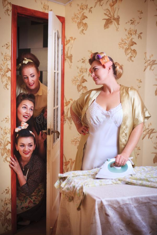Сцена с домохозяйкой и друзьями Юмористическая съемка в ретро стиле стоковое фото rf