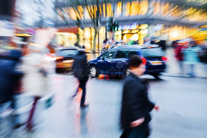 Сцена улицы в городе на сумраке с влиянием сигнала стоковые фотографии rf