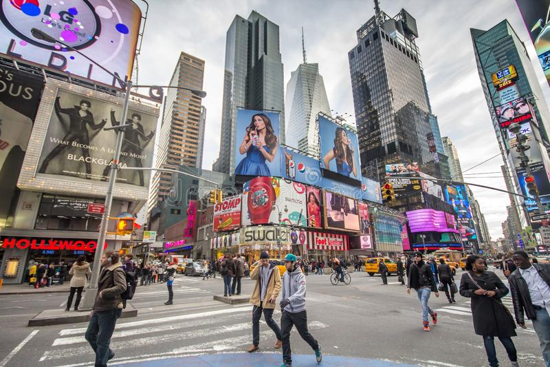 Сцена улицы, с занятыми людьми идя, на Таймс-сквер стоковые изображения rf
