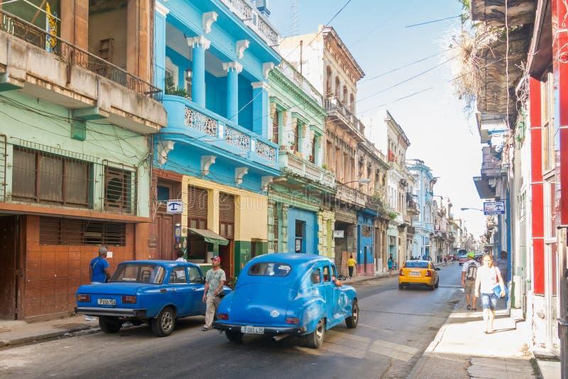 Сцена улицы с красочными зданиями и старым американским автомобилем в dow стоковые фотографии rf