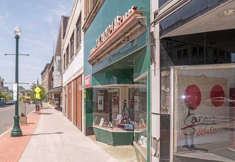 Сцена улицы, тротуар и магазины, Schenectady Нью-Йорк стоковые изображения