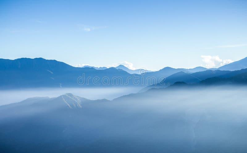 Сцена утра мглистых голубых гор Zhushan в Тайване стоковое изображение