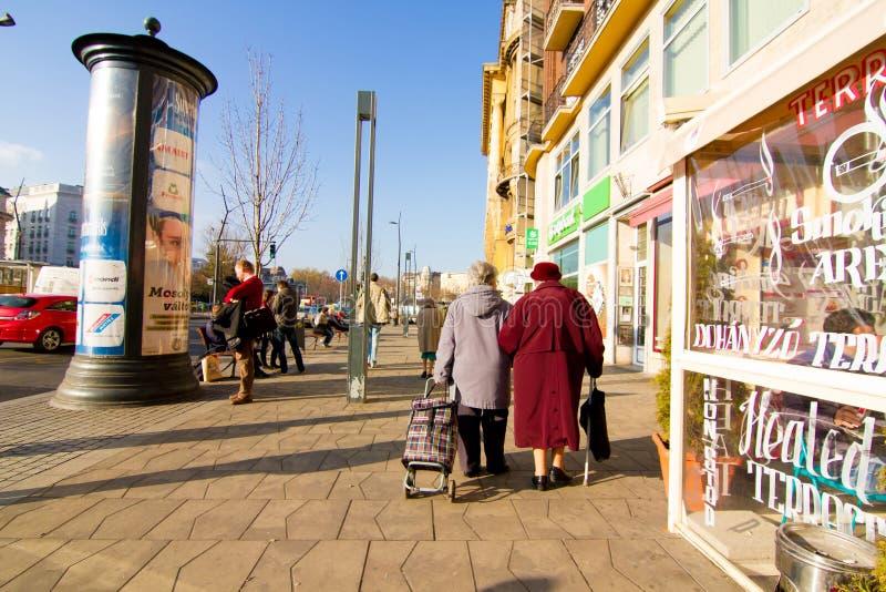 Download Сцена улицы в Будапеште редакционное стоковое изображение. изображение насчитывающей люди - 40578884