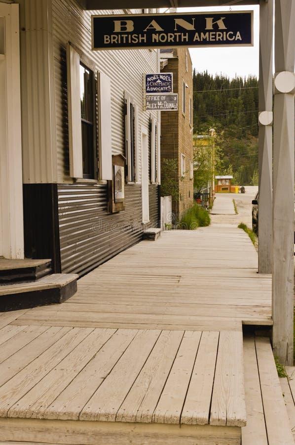 Сцена улицы в историческом городе Dawson, Юконе стоковое фото rf