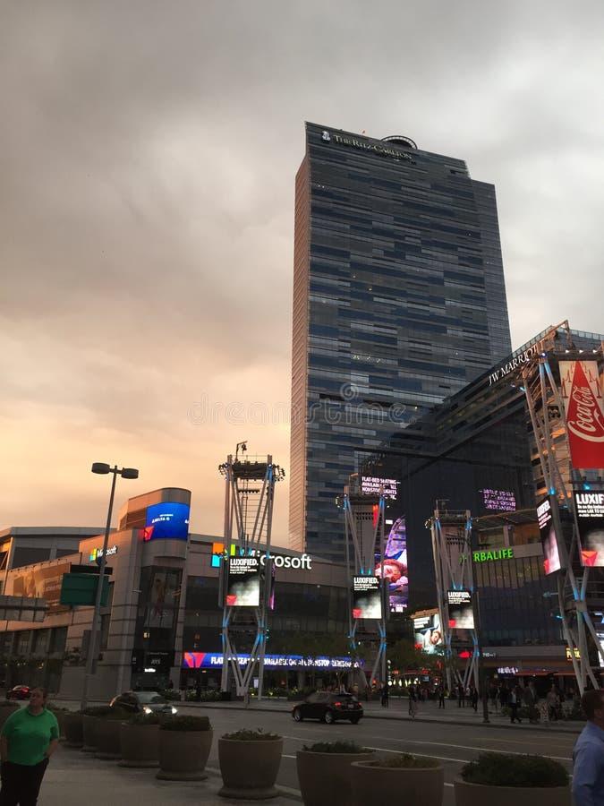 Сцена улицы Лос-Анджелеса показывая высокое здание стоковые фотографии rf