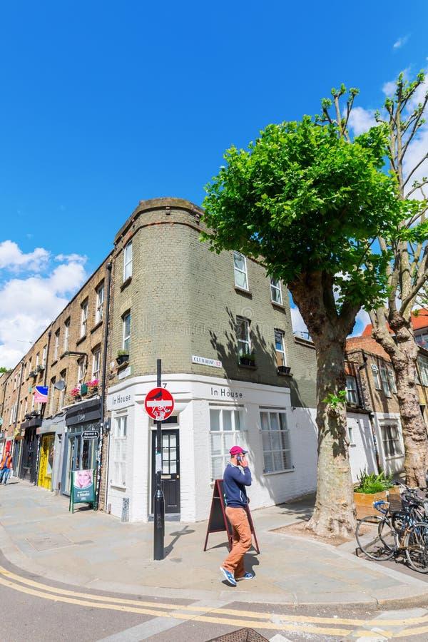 Сцена улицы на улице Redchurch в Shoreditch, Лондоне стоковое фото rf