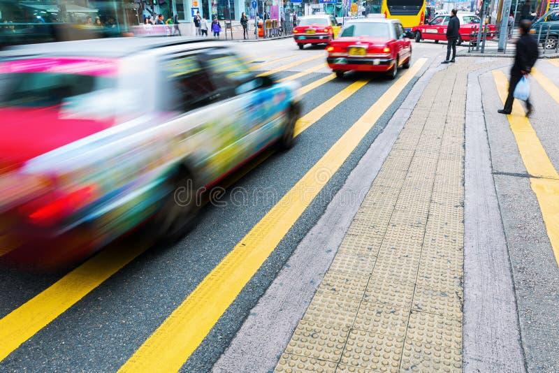 Сцена улицы с нерезкостью движения в Гонконге стоковое изображение rf