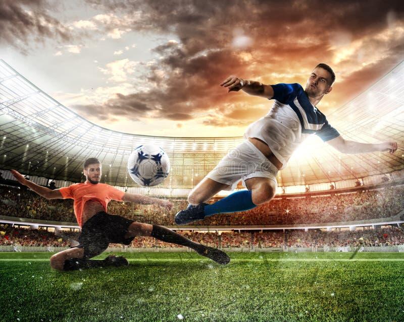 Сцена футбола с состязаясь футболистами на стадионе стоковые изображения