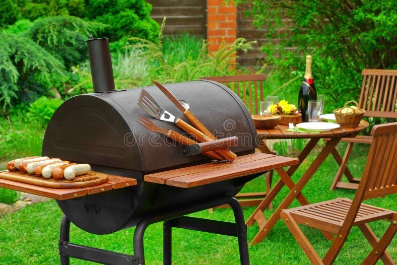 Сцена BBQ выходных лета с грилем угля на задворк стоковое фото