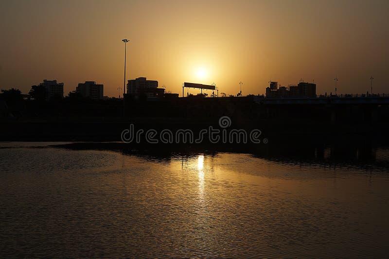 Сценическая красота золотого захода солнца стоковые изображения rf