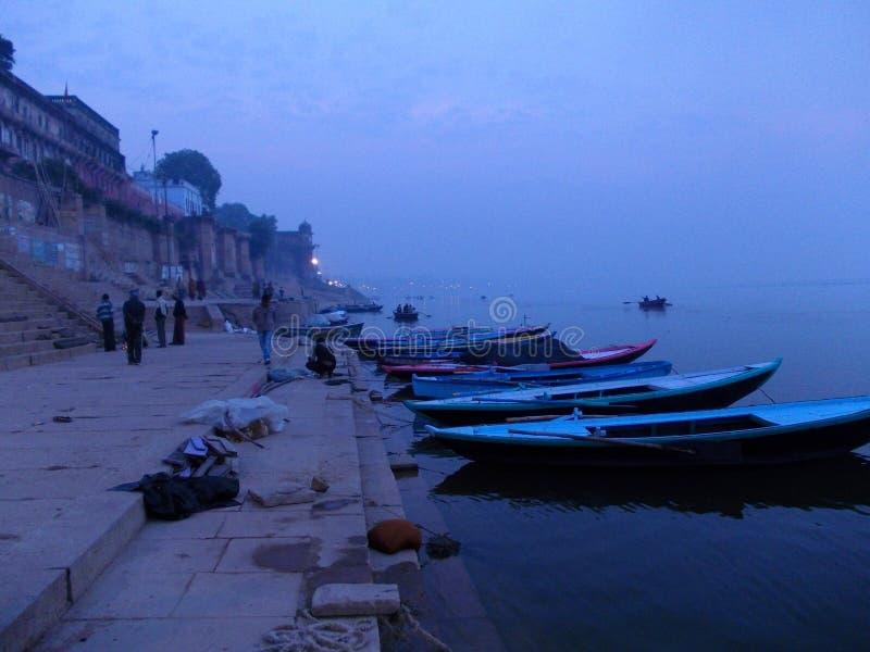 Сцены Ганга в Священном городе Варанаси в Индии стоковое изображение rf