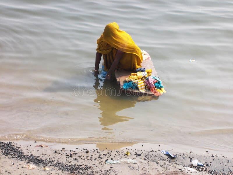 Сцены Ганга в Священном городе Варанаси в Индии стоковые изображения