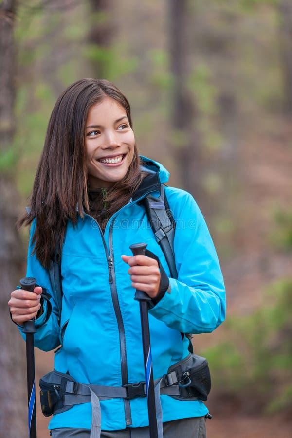 Счастливая азиатская девушка hiker в пешем туризме леса природы стоковое изображение