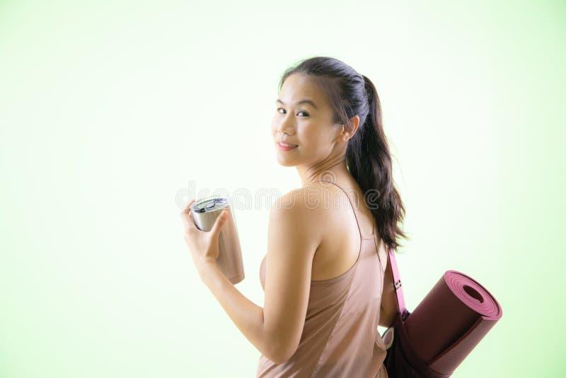 Счастливая азиатская женщина пойти к студии йоги стоковое изображение rf