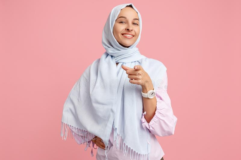 Счастливая арабская женщина в hijab Портрет усмехаясь девушки, представляя на предпосылке студии стоковое фото