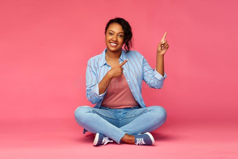 Счастливая Афро-американская женщина указывая пальцы вверх стоковые изображения