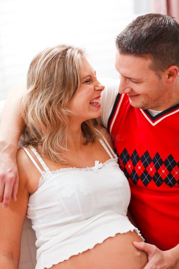 счастливая беременная женщина супруга стоковые фотографии rf