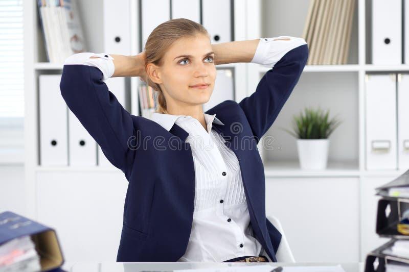 Счастливая бизнес-леди или женский бухгалтер имея некоторые минуты для времени с и удовольствия на месте службы Проверка и животи стоковые изображения rf
