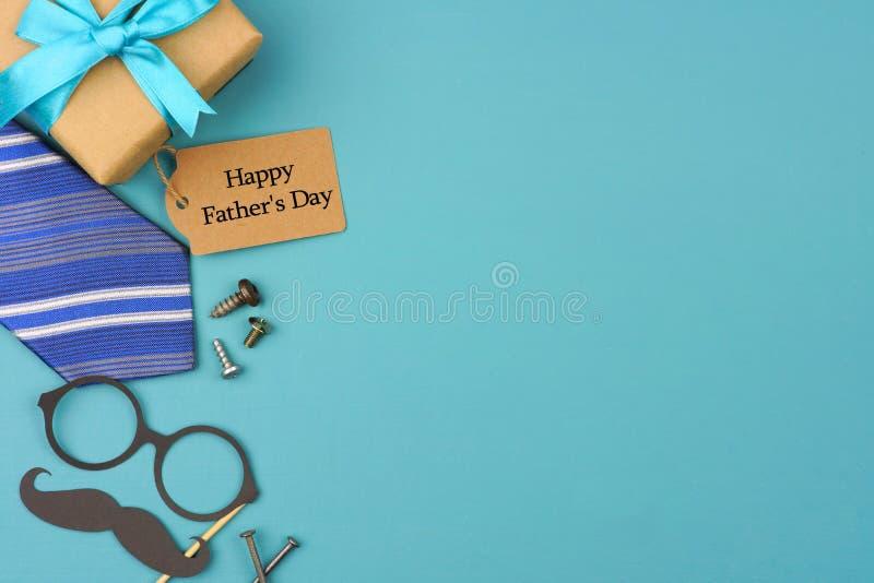 Счастливая бирка подарка дня отцов с бортовой границей на голубой предпосылке стоковое изображение