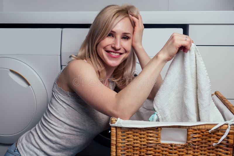 счастливая блондинка в стирке, чувствующая себя счастливым от мягкого свежего белья ароматерапии ткани мягче ароматерапии стоковые изображения rf