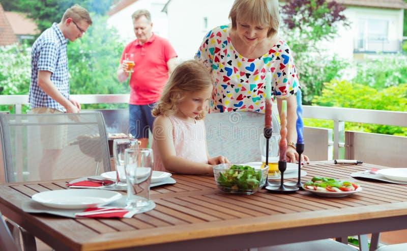 Счастливая большая семья имея потеху и наслаждается их разговаривать с детьми d стоковая фотография