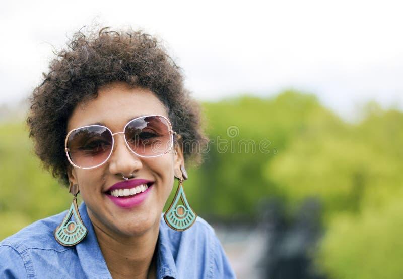 Счастливая бразильская женщина усмехаясь снаружи стоковые фото