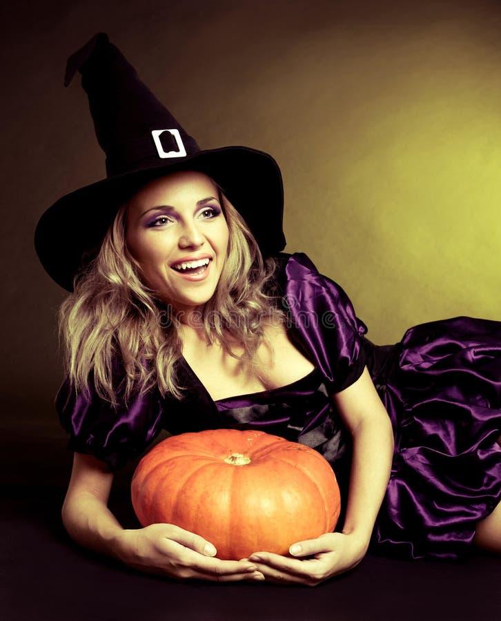 Счастливая ведьма стоковые изображения