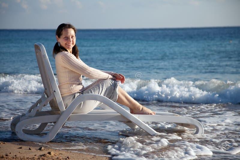 Счастливая возмужалая женщина на пляже моря стоковая фотография rf