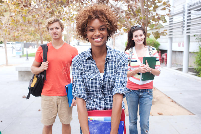 Счастливая группа в составе студенты колледжа стоковое фото rf