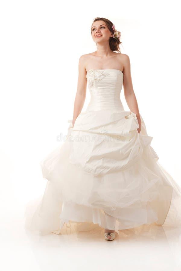 Счастливая гуляя невеста стоковая фотография
