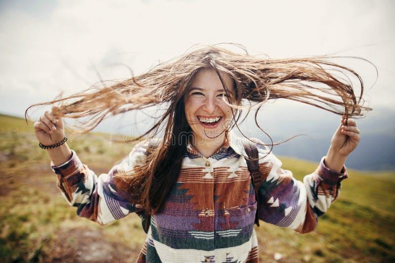 Счастливая девушка битника путешественника с ветреными волосами и усмехаться, дежурный стоковые изображения