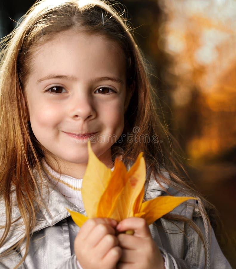 Счастливая девушка в осени листьев стоковые фотографии rf